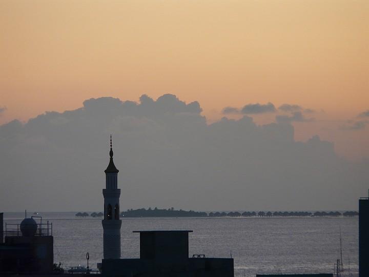 Ein Minarett und eine Nachbarinsel in der Abenddämmerung