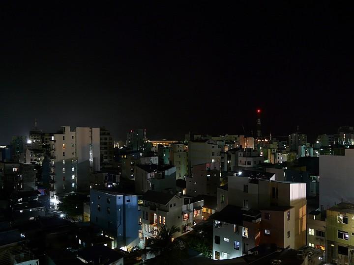 Blick vom Dachrestaurant über die nächtliche Stadt