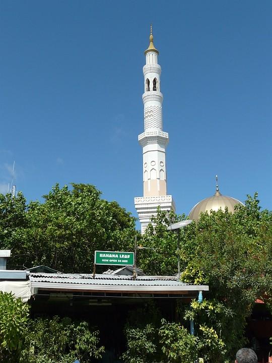 Eine der 21 Moscheen Males befindet sich bei den kleinen Bistros unweit des Hafens an der Südwestecke der Insel