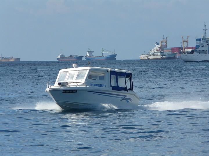 Frachter und Motorboot