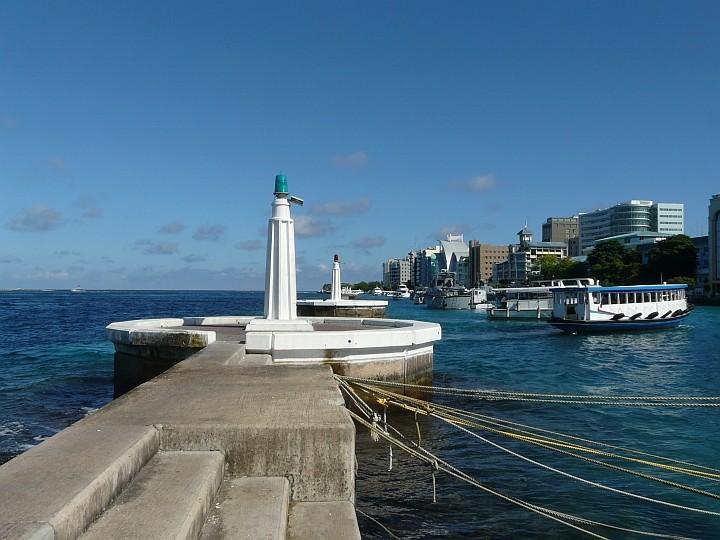Die Hafenmolen, jeweils 2 kleine Leuchttürme bewachen die Durchfahrten