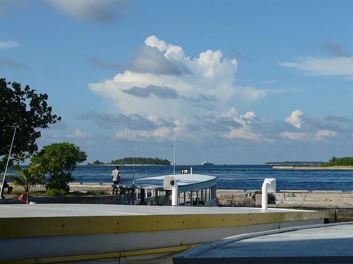 Blick vom Dhoni-Hafen auf einige kleine Nachbarinseln