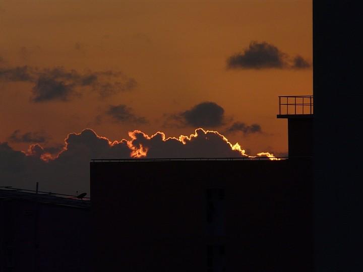 Feuriger Sonnenuntergang, gefolgt von ...
