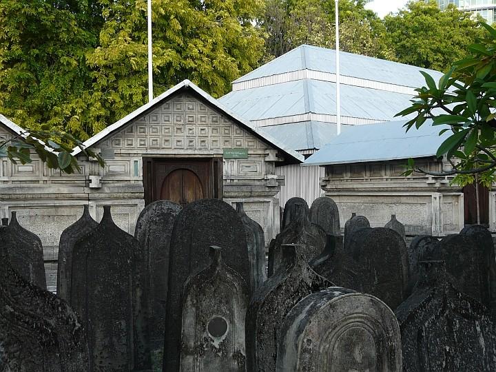 Die historische Freitagsmoschee ist von einem Friedhof umgeben, der auch einige Mausoleen beherbergt