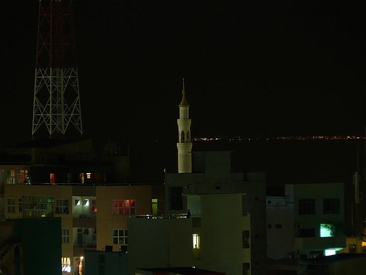 Blick vom Balkon des Dachrestaurants auf das Minarett der Moschee an der Südwestecke der Insel